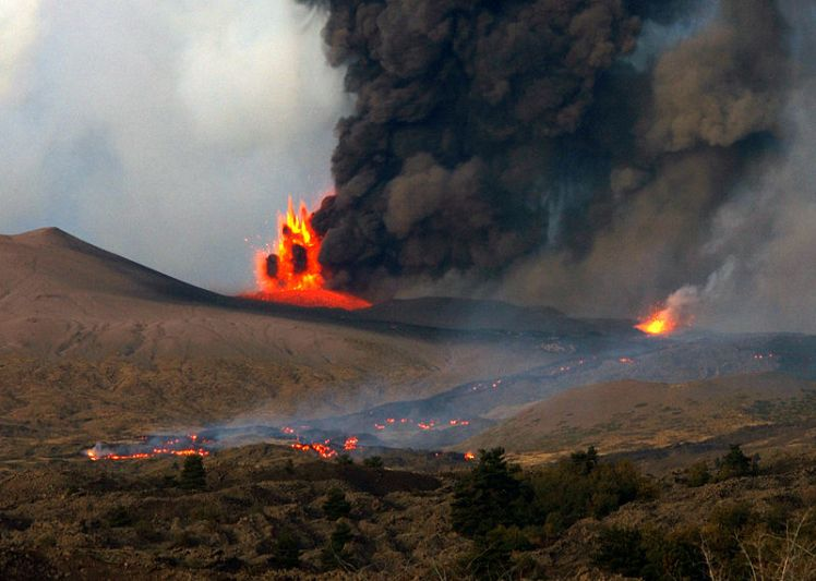 800px-Mount_Etna_erupting_2002.jpg